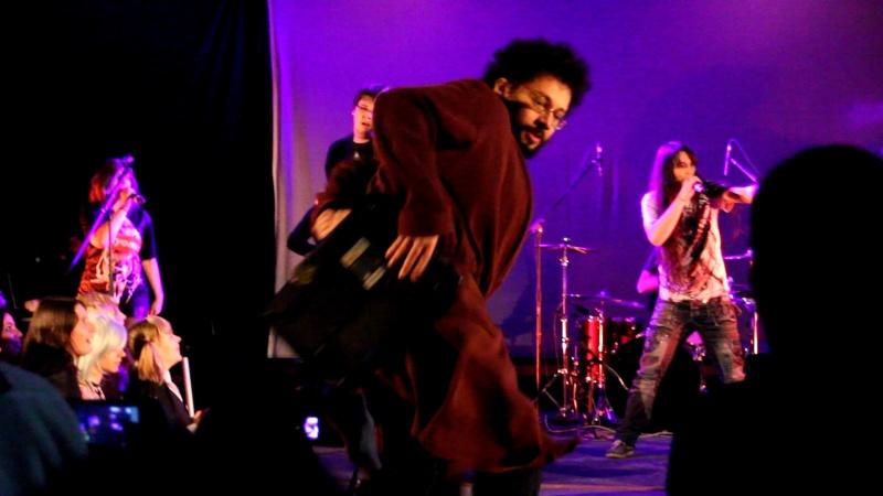 Sasha, Tai et l'Ermite Moderne se donnent à fond sur scène