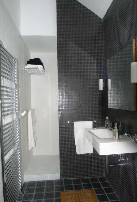 Sdb noire et blanche for Salle de bain tres petite