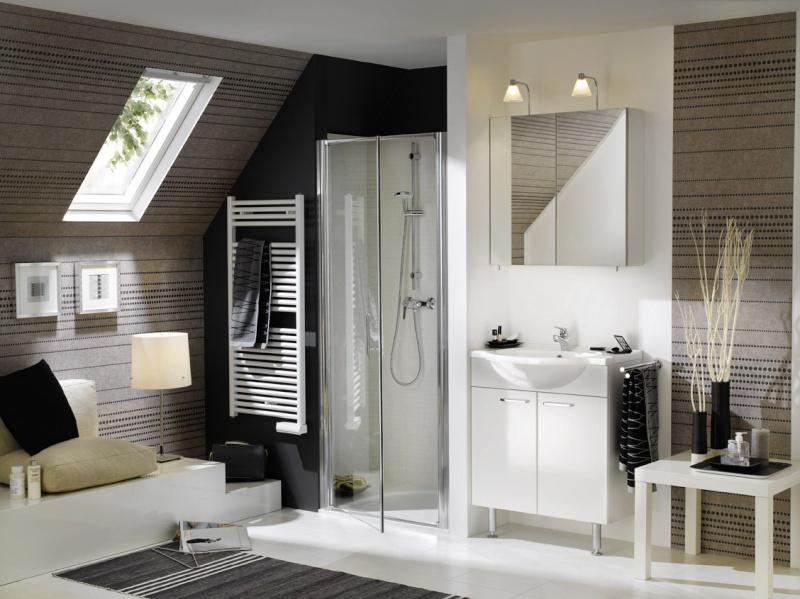 la salle de bains familiale pas grande id es couleur pour mur rampant. Black Bedroom Furniture Sets. Home Design Ideas