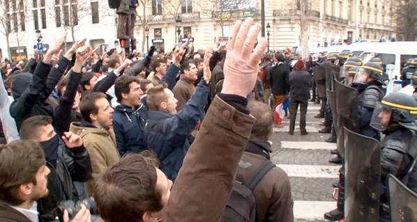 Une haie de saluts nazis lors de la manif pour tous du 24 mars.