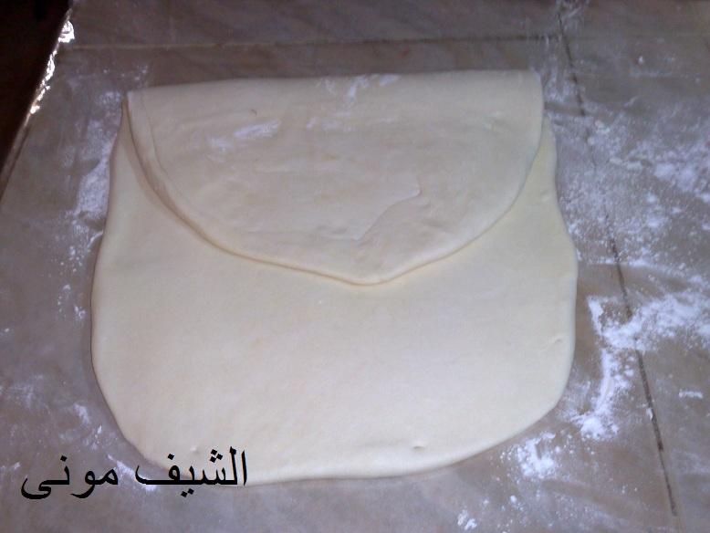 هنعمل فيها ثقب بالسكينة عشان الزبدة متخرجش منها والعجينة تبوز